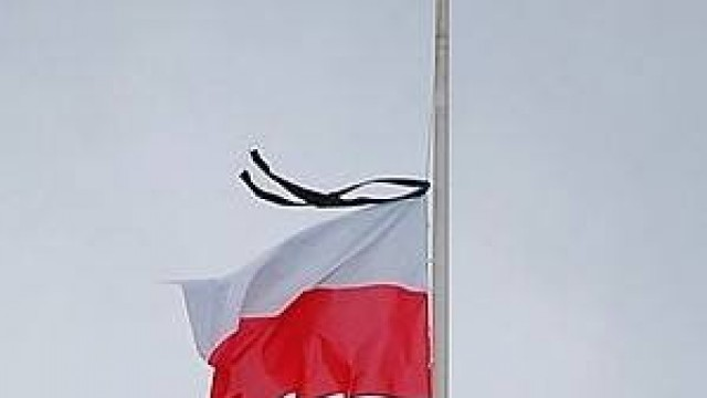 Flagi przed urzędem opuszczone na znak żałoby narodowej