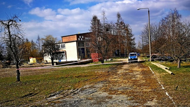 Funkcjonariusze Policji strzegą miejsca, w którym ujawniono niewybuch – ZDJĘCIA!