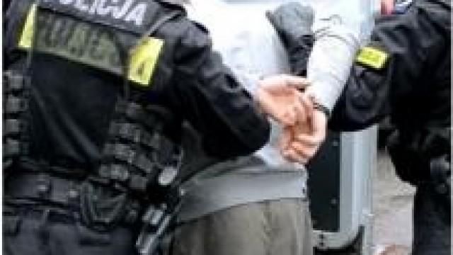 Gmina Kęty.  Policjanci zatrzymali agresora, który nękał swoją rodzinę