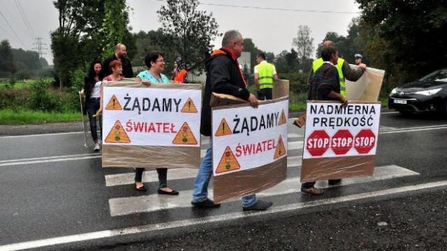GROJEC. Mieszkańcy blokują ruch na DW 948. Żądają poprawy bezpieczeństwa i przebudowy traktu