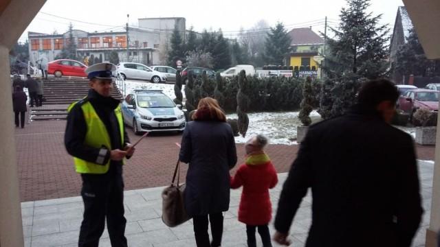 GROJEC. Policjanci przed kościołem... świecili przykładem