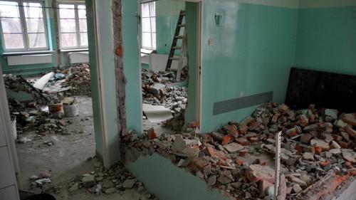 GROJEC. Rozbiórka w byłym ośrodku zdrowia. Po modernizacji wejdą tu przedszkolaki - ZDJĘCIA