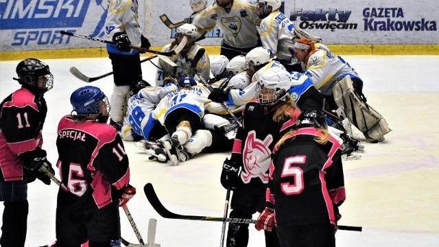 """Hokej kobiet. Julia Gawlik """"królową balu"""", zapewniając Unii Oświęcim awans do półfinału. Kozice Poznań pokazały jednak rogi"""