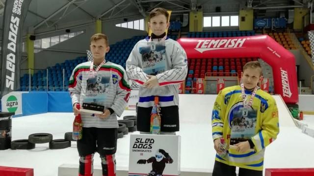 ICE CROSS. Młodzi hokeiści w nowej roli. Adrian Ziober na najwyższym podium!