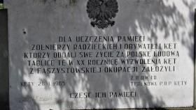 IPN chce zdemontować tablicę na kęckim cmentarzu