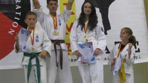 KARATE. Pięć medali dla karateków z Brzeszcz