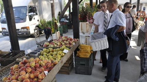 KĘTY. Częstowali polskimi jabłkami z nowego targowiska
