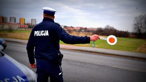 """KĘTY. Jechał pijany samochodem – policjantom chciał dać """"w łapę"""" 200 zł"""