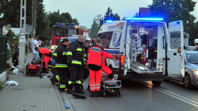 KĘTY. Motocykl rozpadł się na kawałki. Dwie osoby trafiły do szpitala