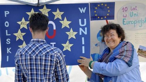 KĘTY. Tort na rynku, eurociasteczka, mural na znak przyjaźni. Po prostu Europejczycy pełną gębą