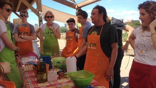 """KĘTY. Uczniowie z """"Kopernika"""" podbijają Walencję. Pracują, degustują hiszpańską kuchnię i szlifują język"""