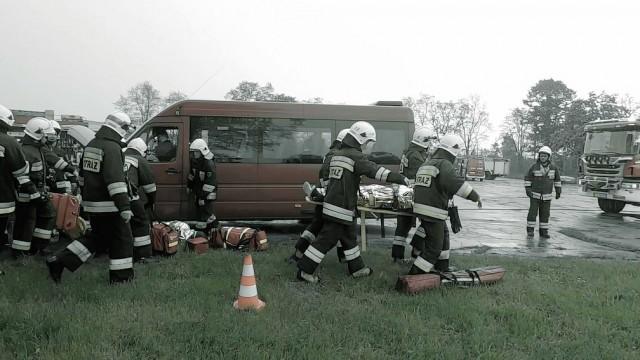 Kilkanaście osób poszkodowanych w wypadku busa- strażacy ćwiczyli w Brzeszczach -FILM/ZDJĘCIA- InfoBrzeszcze.pl