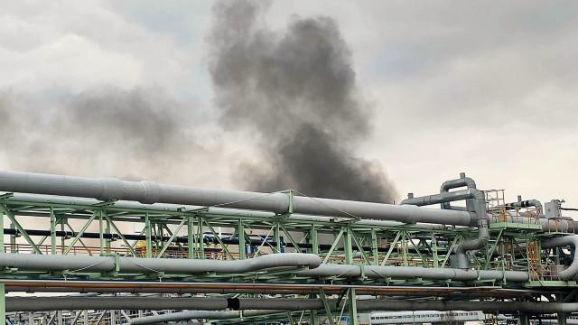 Kłęby czarnego dymu nad firmą Synthos. W działaniach zastępy gaśnicze z Zakładowej Służby Ratowniczej