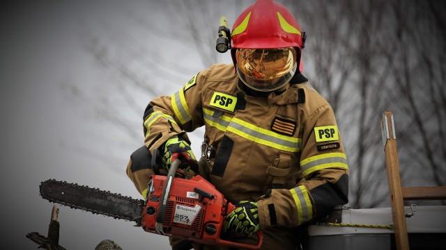 Kolejny dzień zmagań strażaków z skutkami silnego wiatru. NA ŻYWO !