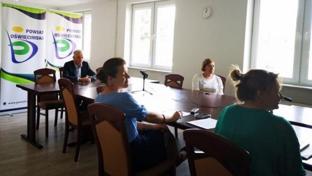 Koronawirus nie odpuszcza w Małopolsce. Wideokonferencja z udziałem władz wojewódzkich i starostów