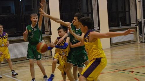KOSZYKÓWKA. Młodzicy starsi Kadeta wygrywają z Basketem Chorzów
