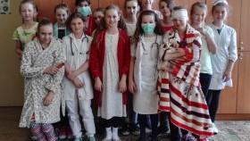 Lekarze i pacjenci na korytarzach ZSG w Nowej Wsi
