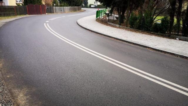 Łukowaty odcinek ulicy Grojeckiej w Zaborzu z nową nawierzchnią i chodnikiem