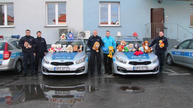 Maskotki przekazane przez kibiców Unii Oświęcim, trafią do dzieci pokrzywdzonych przemocą oraz uczestniczących w zdarzeniach drogowych.