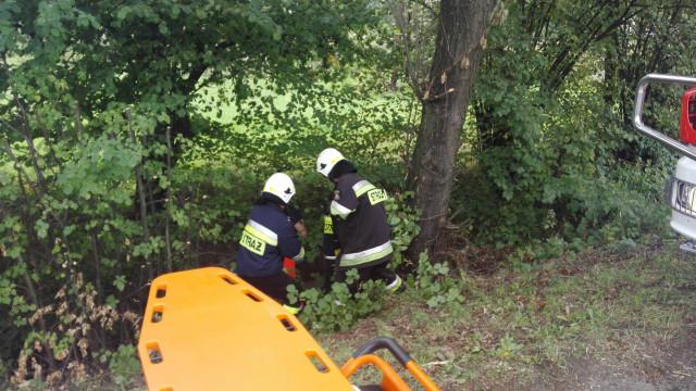Mężczyzna wpadł do rowu melioracyjnego. Z pomocą przyszli ratownicy medyczni i strażacy. ZDJĘCIA !