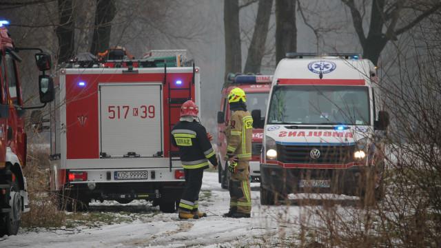 Mężczyzna wpadł do stawu. Skuteczna akcja ratownicza strażaków i ratowników medycznych – ZDJĘCIA!