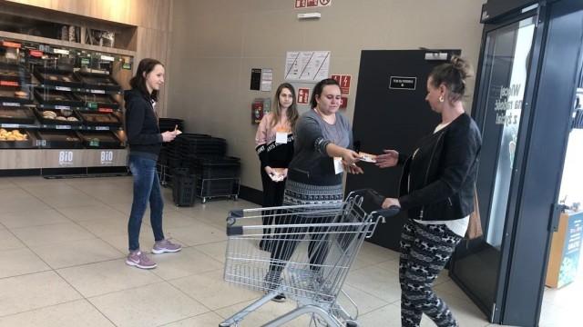 Młodzi ludzie zbierali żywność dla potrzebujących na święta
