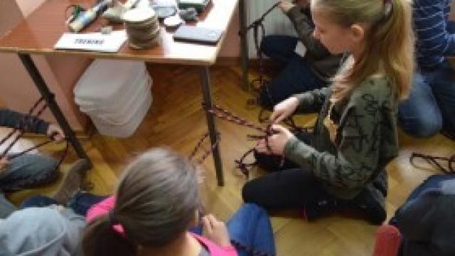 Młodzi studenci uczyli się sztuki przetrwania