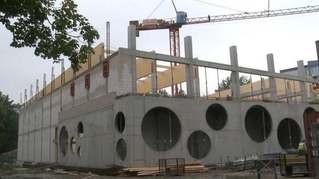 """Mury nowej nowej hali sportowej przy """"ósemce"""" w Oświęcimiu już stanęły"""