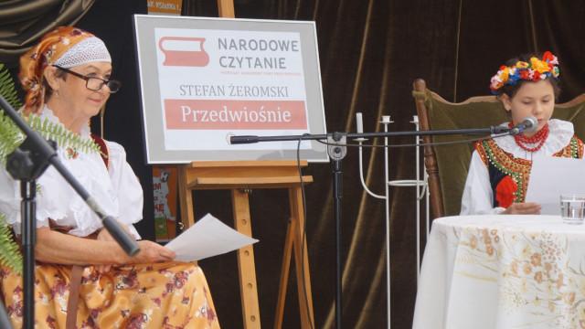 Narodowe Czytanie przed brzeszczańskim Ośrodkiem Kultury - Foto - InfoBrzeszcze.pl