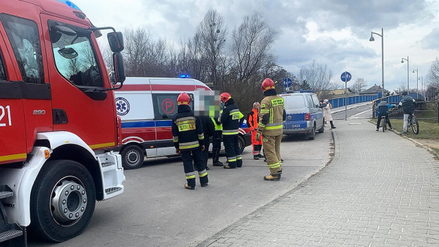 Nastolatka chciała skoczyć z kładki do rzeki Soły w Oświęcimiu. Błyskawiczna pomoc pozwoliła uniknąć tragedii – ZDJĘCIA!