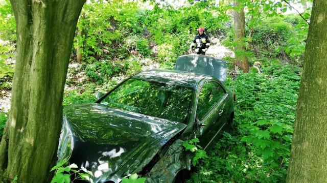 Niebezpieczna kraksa w Zatorze. Jeden z pojazdów zsunął się z skarpy i uderzył w drzewo. ZDJĘCIA!