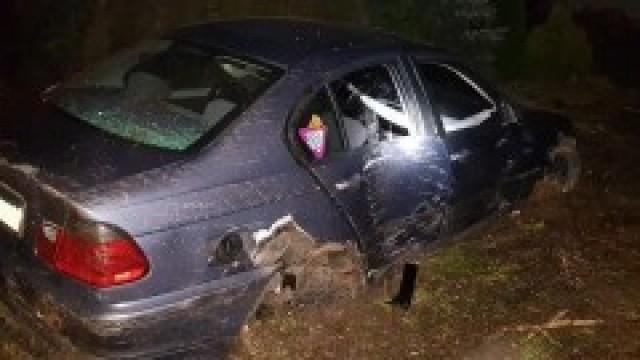 """Nietrzeźwy kierowca bez uprawnień """"skasował"""" płot, drzewo i BMW"""