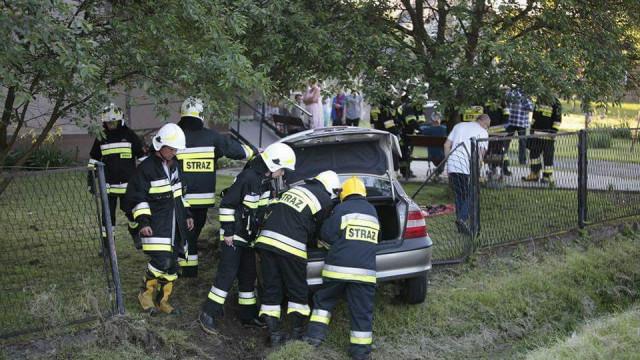 Nietrzeźwy kierowca stracił panowanie nad pojazdem i uderzył w ogrodzenie. ZDJĘCIA !