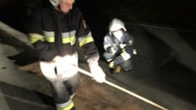 Nocna akcja strażaków przy neutralizacji substancji ropopochodnej