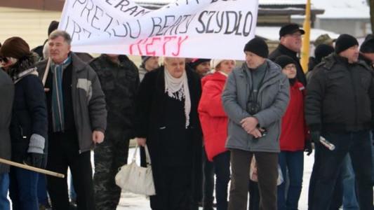 Obrońcy demokracji i obrońcy premier Szydło w parku w Brzeszczach – FOTO