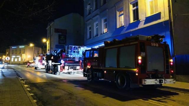 Ogień i gęsty dym. Akcja strażaków w Starym Mieście – FOTO