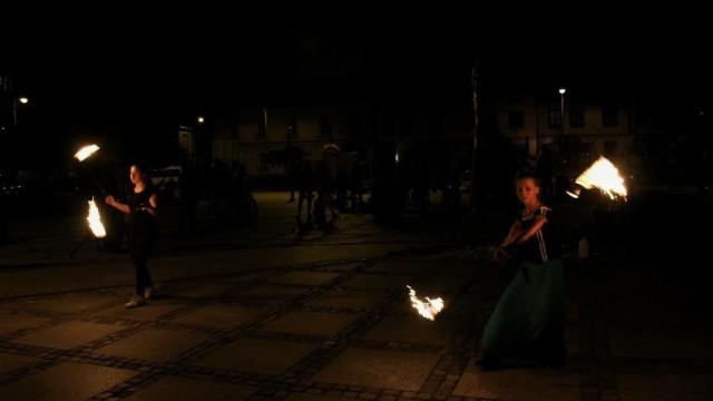 Ognisty taniec na kęckim Rynku – FOTO
