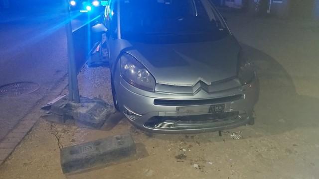 OŚWIĘCIM. 35-letni kierowca kierując citroenem wypadł z drogi i uderzył w inny pojazd. Był pijany