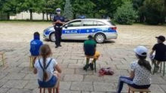 """Oświęcim. """"Bezpieczne Wakacje 2020"""". Policjanci rozmawiali o bezpieczeństwie z uczestnikami półkolonii."""