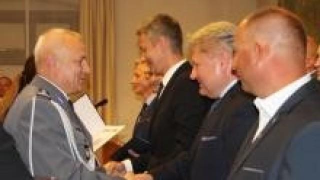 Oświęcim. Burmistrz Chełmka wręczył promesę na przekazanie działki pod budowę parkingu