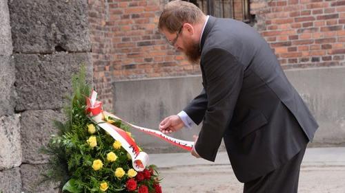 OŚWIĘCIM. Dyrektor Cywiński złożył wieniec pod Ścianą Śmierci