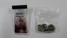 Oświęcim. Dzielnicowi  podczas obchodu rejonu służbowego zatrzymali nastolatka z narkotykami