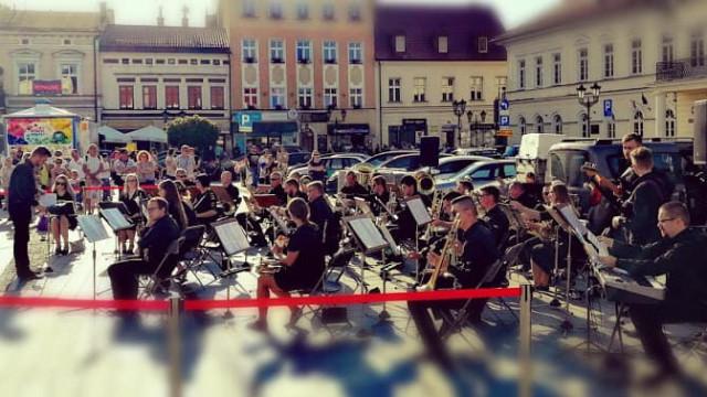 OŚWIĘCIM. Koncert Miejskiej Orkiestry Dętej naRynku Głównym
