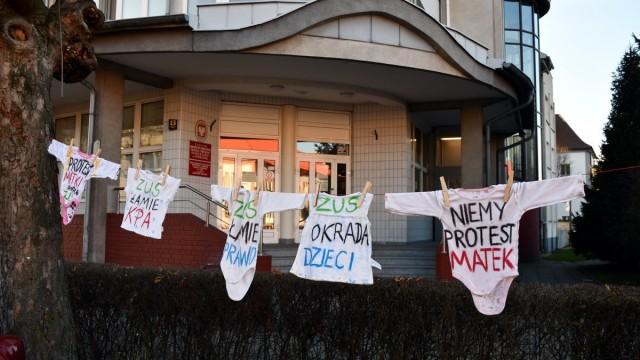 OŚWIĘCIM. Matki kontra ZUS. Niemy protest w Oświęcimiu