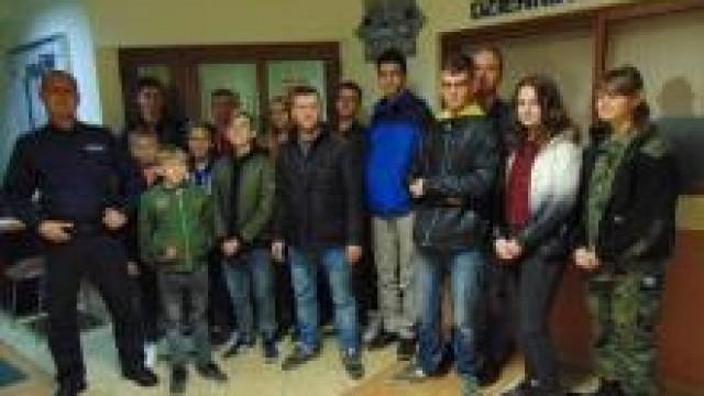 Oświęcim. Młodzi strażacy ochotnicy z Poręby Wielkiej z wizytą u policjantów