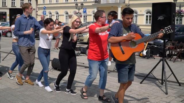 OŚWIĘCIM. Muzyczne i taneczne sobotnie przedpołudnie na oświęcimskim Rynku