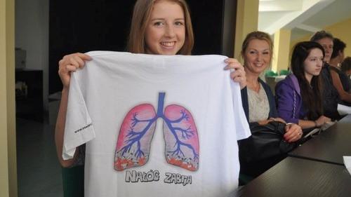 OŚWIĘCIM. Nałóg zabija – oczywista prawda na koszulkach zaprojektowanych przez dzieci i młodzież