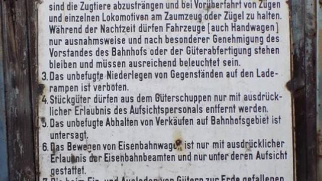 OŚWIĘCIM. Niemiecka tablica z dworca towarowego