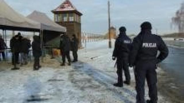 Oświęcim. Policjanci dbali o bezpieczeństwo podczas 74. rocznicy wyzwolenia, byłego niemieckiego, nazistowskiego obozu koncentracyjnego i zagłady Auschwitz-Birkenau