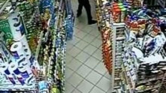 Oświęcim. Policjanci poszukują podejrzanego o dokonanie bulwersującej kradzieży - skarbonki z datkami na leczenie chorego dziecka